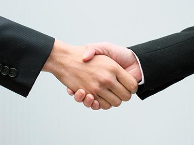 ソーシャルレンディング契約を結ぶ男性