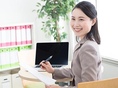 融資の審査をする女性