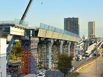 公共事業として建設が進む高速道路
